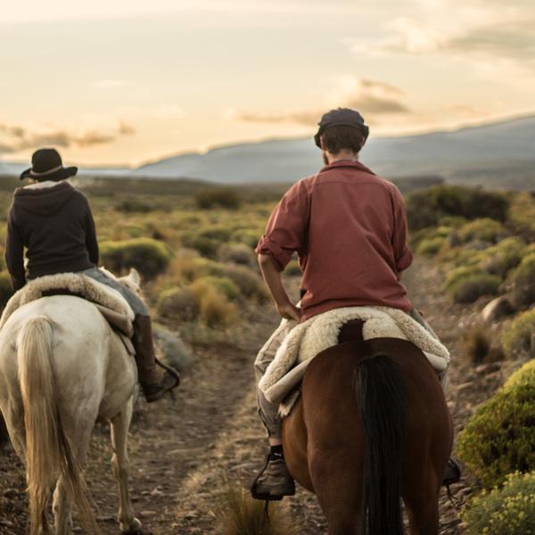 Deux cavaliers chevauchant dans la pampa