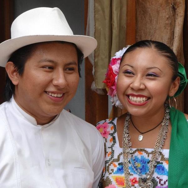 Jeune couple souriant en costume de fête