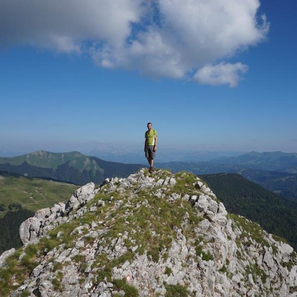 Un randonneur au sommet d'une montagne