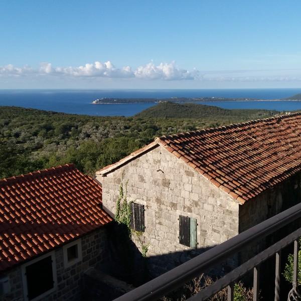 Vue sur la mer depuis le balcon d'une maison du village report de Klinci