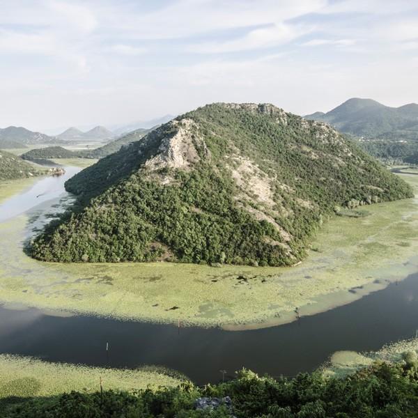 Vue sur le lac de Skadar et l'une de ses îles