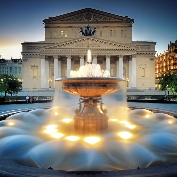 Une fontaine devant le théâtre du Bolchoï à Moscou