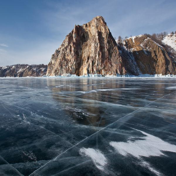 Le lac Baïkal gelé et zébré de traces de patin