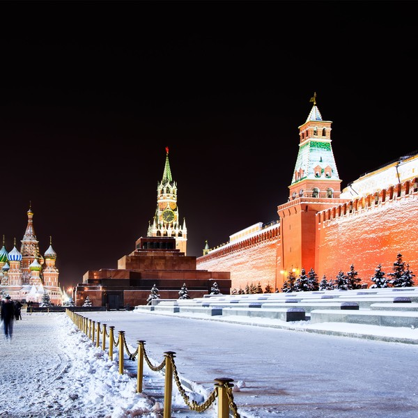 Vue nocturne sur le Kremlin, le mausolée de Lénine et la basilique Basile-le-Bienheureux sous la neige