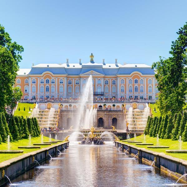 Les jardins et le château de Peterhof à St-Petersbourg