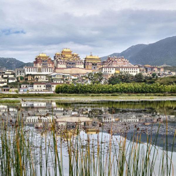 La ville de Shangri-La se reflétant dans un lac