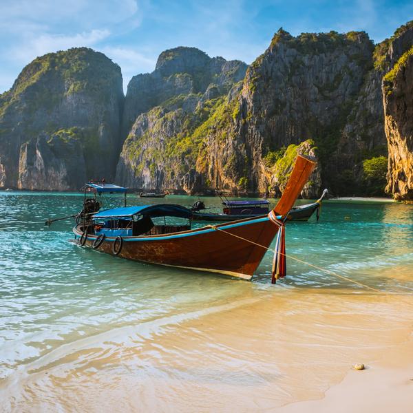 Das Bild zeigt ein Boot am Meer.