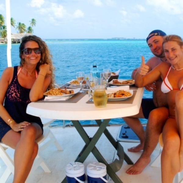 Des vacanciers partageant une verre sur le pont arrière d'un bateau