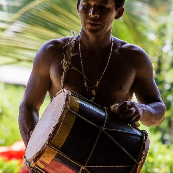 Un Indien Embera avec un tambour traditionnel