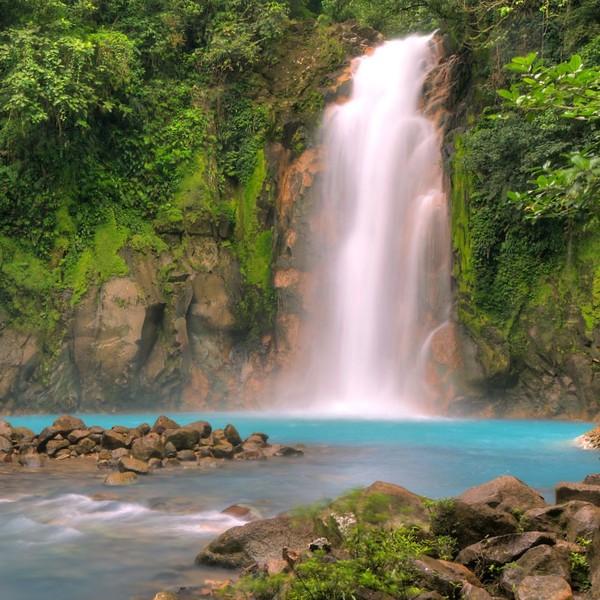 Cascade se jetant dans un bassin à l'eau turquoise