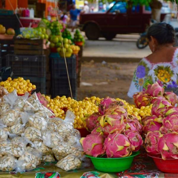 Étals de fruits exotiques sur un marché