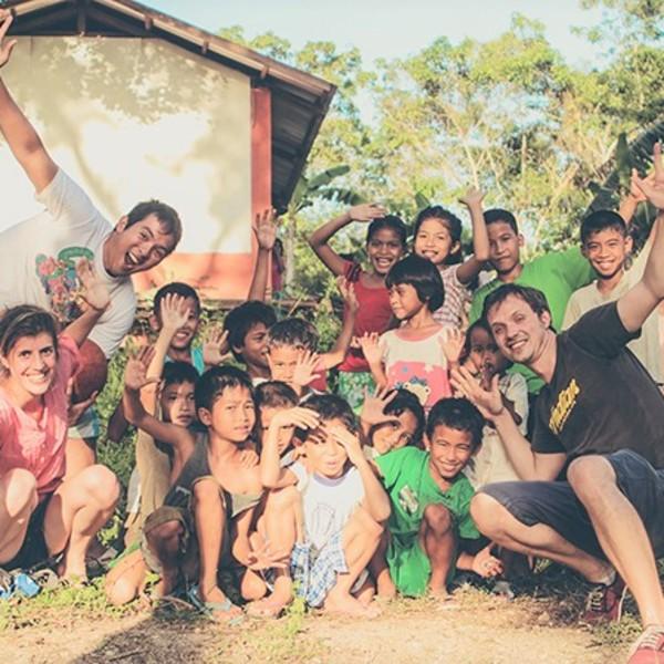 Das Bild zeigt Kinder auf den Philippinen.