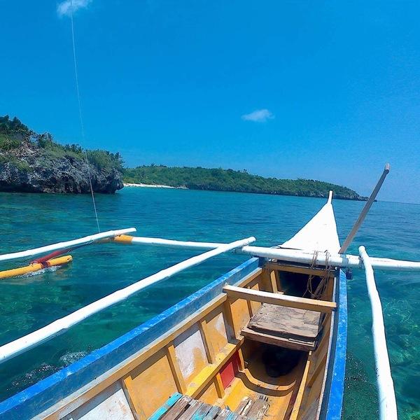 Das Bild zeigt ein Boot auf dem Meer.