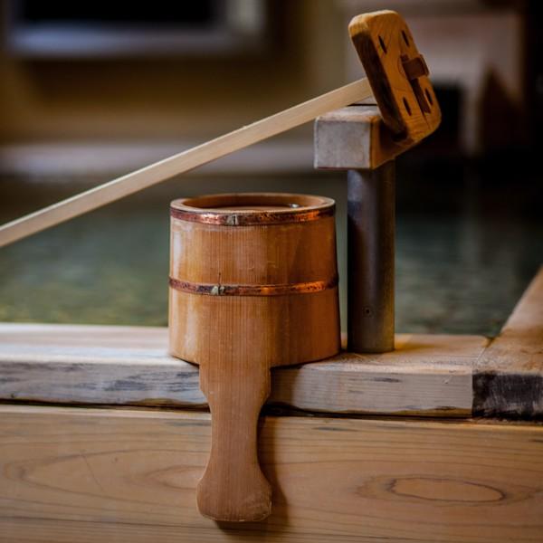 Gros plan sur les instruments traditionnels d'un onsen