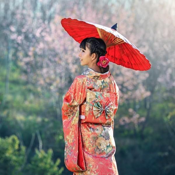Jeune femme de dos en kimono avec une ombrelle