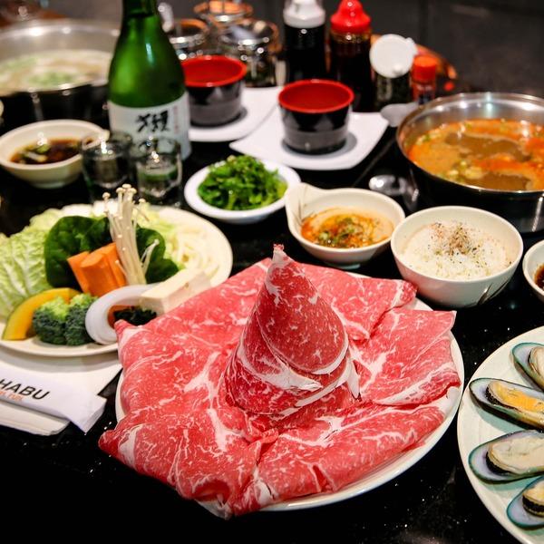 Table couverte d'ingrédients japonais pour un shabu-shabu (fondue japonaise)