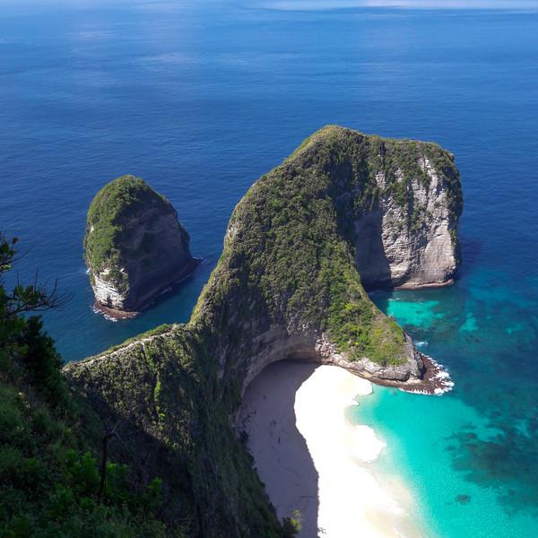 Das Bild zeigt eine Bucht in Indonesien.