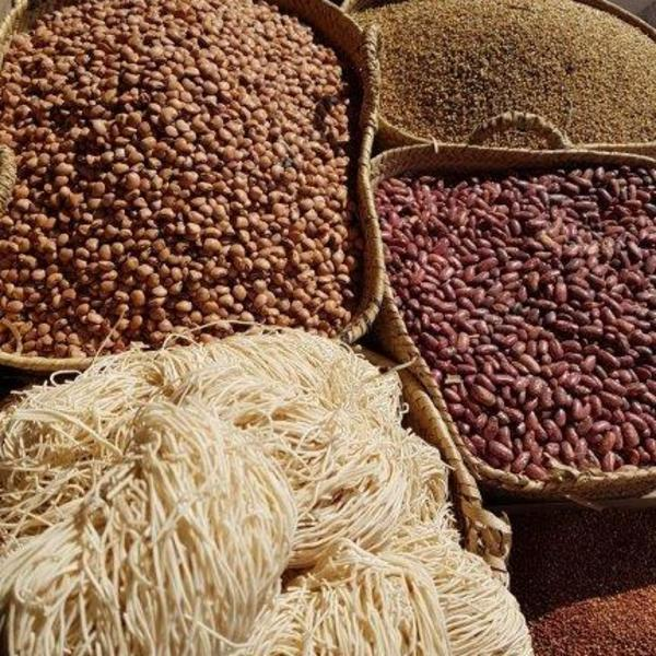 Gros-plan sur un étal de laine et de graines