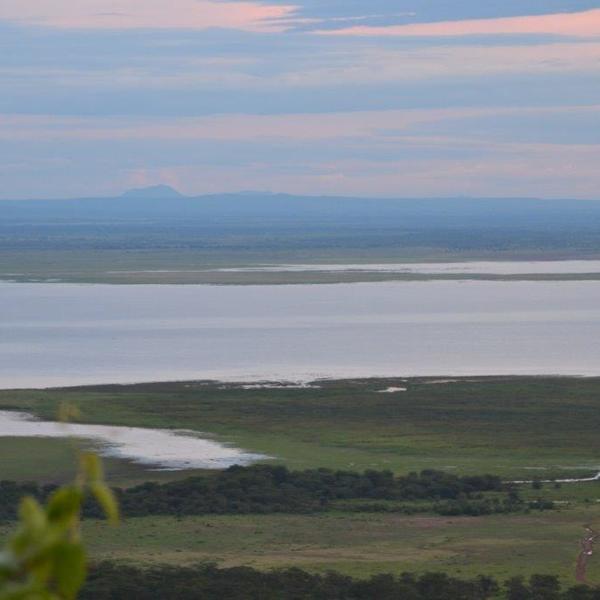 Vue du lac Manyara au crépuscule