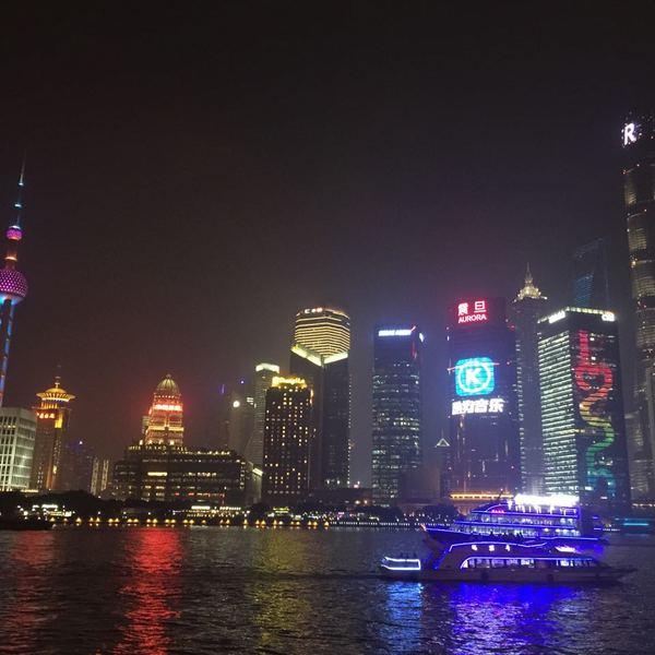 Vue nocturne de la skyline de Shanghaï