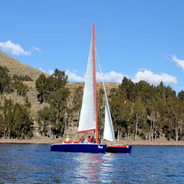 Catamaran navigant sur le lac Titicaca