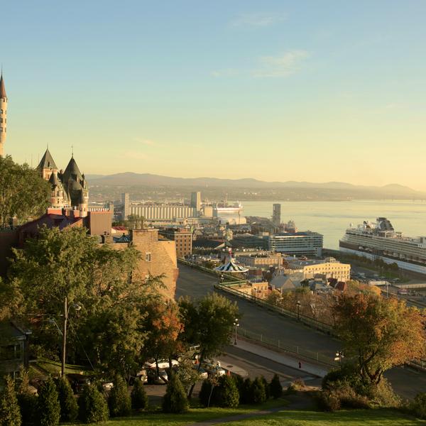 Vue prenante sur le Château Frontenac et le fleuve Saint Laurent à Québec.