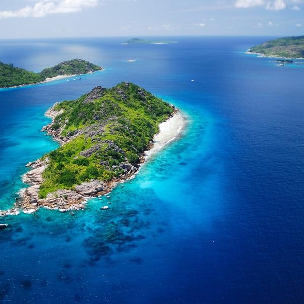 Vue aérienne sur la petite île Félicité et son lagon