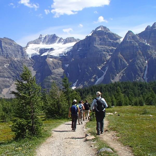 Randonneurs marchant en direction d'un massif montagneux