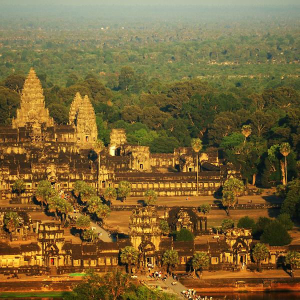 Vue aérienne des temples khmers illuminés par le soleil couchant