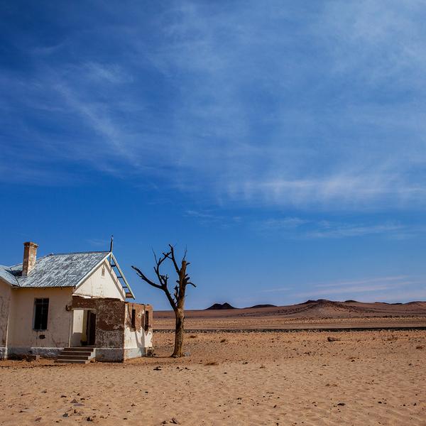 Das Bild zeigt die alte Garub Zugstation Ruine auf der Strecke zwischen Aus und Kolmanskop.