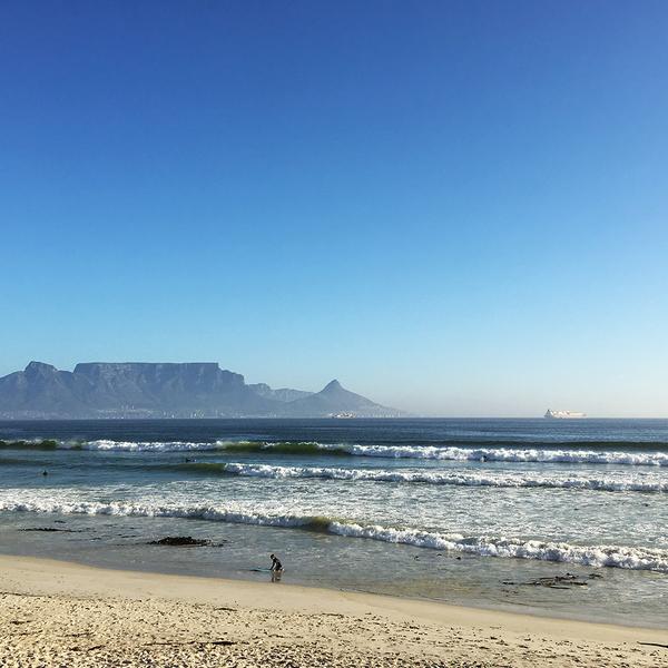Das Bild zeigt den Tafelberg mit Kapstadt zu seinen Füβen aus Richtung Bloubergstrand.