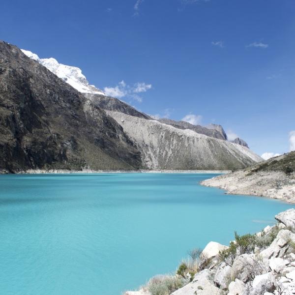 Lac turquoise au milieu des montagnes