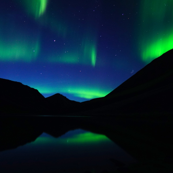 Nuées vertes d'une aurore boréale dans une ciel nocturne