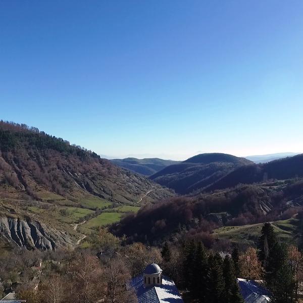 Das Bild zeigt eine bergige Landschaft bei schönem Wetter.