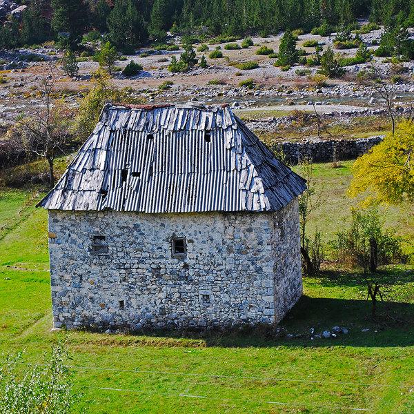 Das Bild ein altes Steinhaus inmitten der Natur