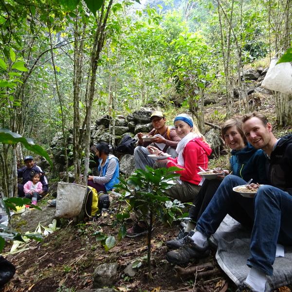 Des voyageurs en train de déjeuner avec des producteurs de café