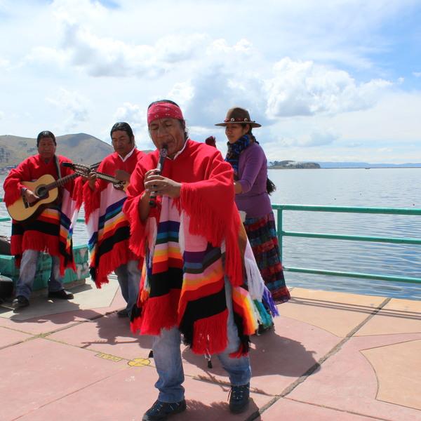 Musiciens en costume traditionnel devant le lac Titicaca
