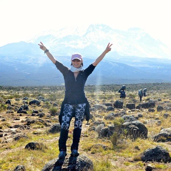 Femme posant devant le Kilimandjaro
