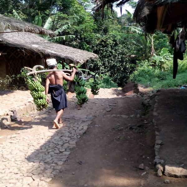 Das Bild zeigt einen Mann in Banten.