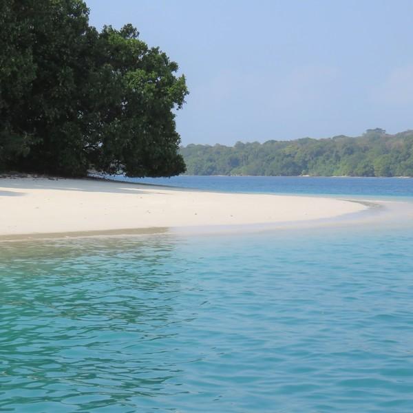 Das Bild zeigt einen Strand in Indonesien.