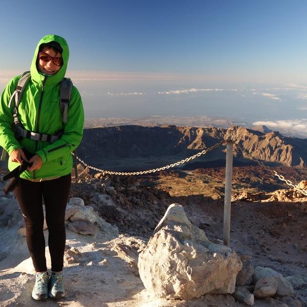 Une femme en parka verte au sommet du pic du Teide