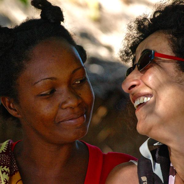 Une occidentale et une malgache se souriant
