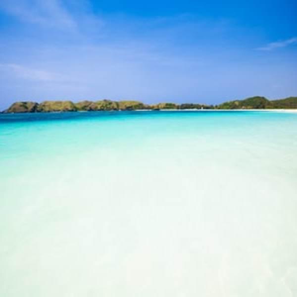 Plage de sable blanc et eau transparente à Lombok