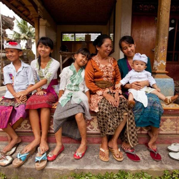 Famille indonésienne devant sa maison