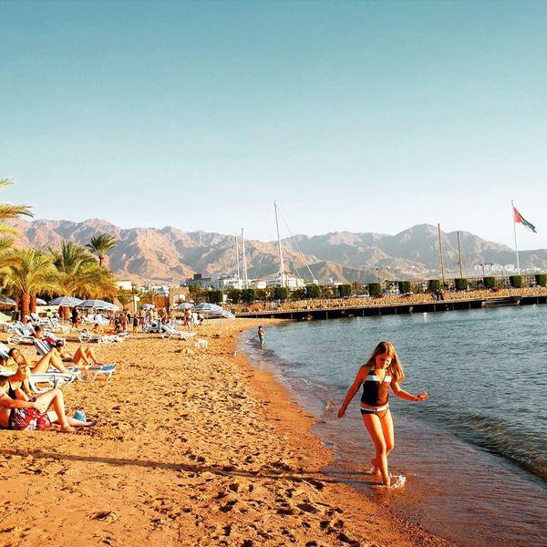 Vacanciers sur une plage d'Aqaba