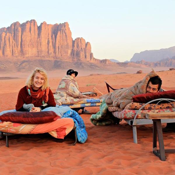 3 campeurs se réveillent au milieu du désert