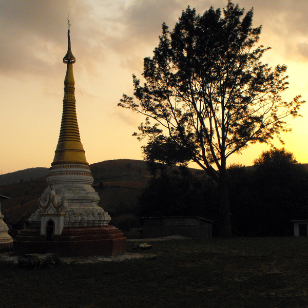 Silhouette d'un temple au crépuscule