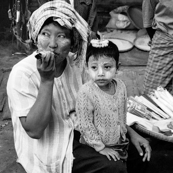 Une femme et son enfant le visage recouvert de tanaka