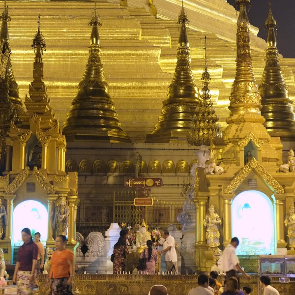 Personnes venues se promener et se recueillir devant la pagode Shwedagon à Rangoon