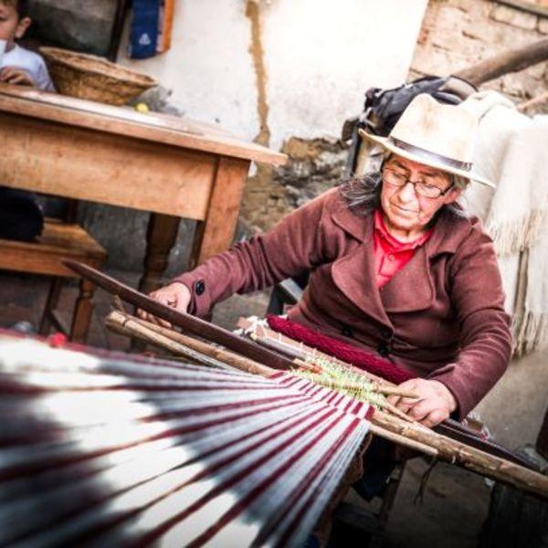 femme qui tisse selon méthode traditionnelle andine